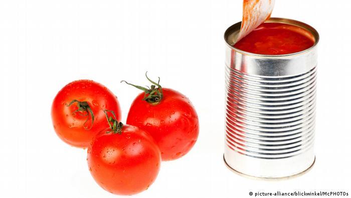 Konservendose mit Tomaten