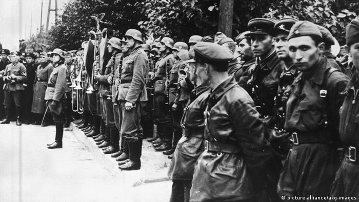 З оркестрами та прапорами Брест, 22 вересня 1939 року. Німецький військовий оркестр та стрій червоноармійців під час спільного параду частин вермахту та Червоної армії. Повз йшли танки та бронетранспортери, марширували у похідних колонах із прапорами солдати третього рейху та РСЧА, а радянський військовий оркестр (він залишився за кадром) грав Інтернаціонал.