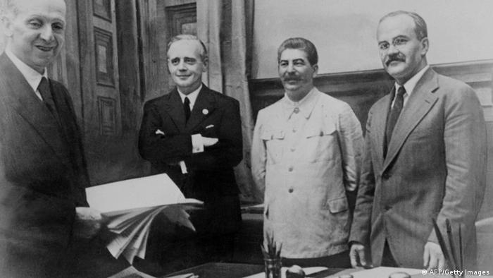 После подписания Договора о ненападении и секретного дополнительного протокола к нему: Молотов, Сталин, Риббентроп и сотрудник германского МИДа