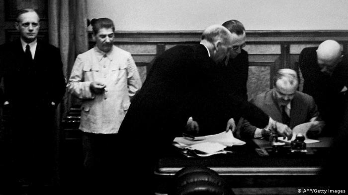 Podpisanie paktu Ribbebtrop-Mołotow w Moskwie, 23 sierpnia 1939. Od lewej: Joachim von Ribbentrop, Józef Stalin. Podpis składa Wiaczesław Mołotow.