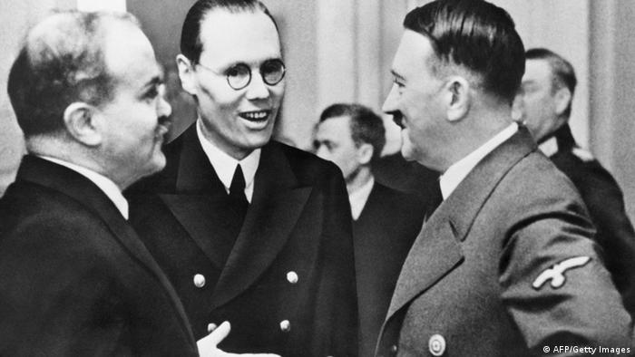 Pactul Hitler-Stalin, din 1939: Hitler în discuţie cu ministrul de externe sovietic Molotov, semnatarul moscovit al pactului.