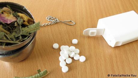 Teekräuter und Süßstofftabletten