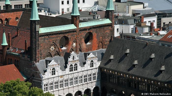 Вид на городскую ратушу в Любеке с колокольни церкви Святого Петра
