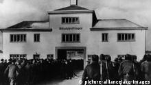 Konzentrationslager Sachsenhausen Oranienburg (Brandenburg), Konzentrationslager Sachsenhausen (1936-1945; seit 1961 Mahn- und Gedenkstaette). - Von der Arbeit einrueckende Haeftlings- kolonnen. - Foto.