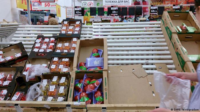 Овощной прилавок в одном из супермаркетов Москвы