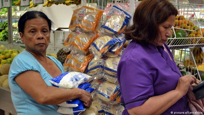 Venezuela Lebensmittel Rationierung Kunden Supermarkt ARCHIVBILD 2012