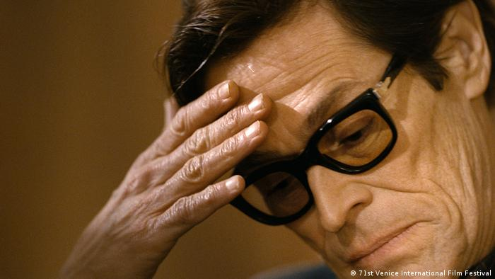 Willem Dafoe nachdenklich mit Hand am Kopf in Pasolini (71st Venice International Film Festival)