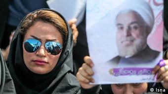 Iarnerin mit Sonnenbrille und Rohani-Plakat (Foto: ISNA)