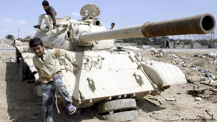 Irak Kinder in Basra spielen auf Panzer