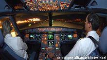 Piloten im Cockpit eines Airbus 321 nach der Landung in der Nacht | pilots in cockpit of Airbus 321 after landing at night