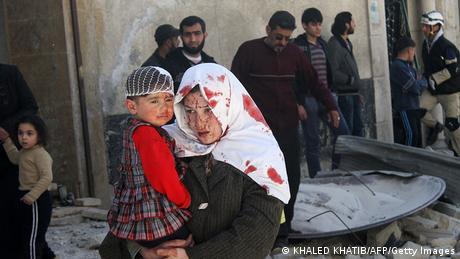 Syrien Bürgerkrieg Luftangriff bei Damaskus Verlezte Frau mit kind