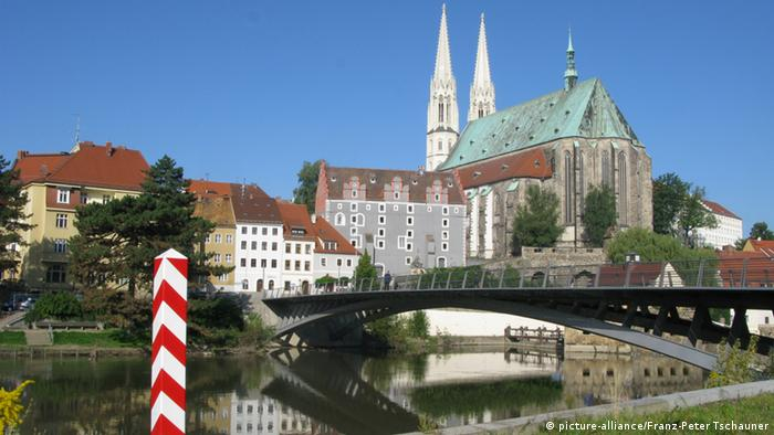 A view of the St. Peter and Paul Church in Görlitz, as seen from the Polish side of the Neisse River, which divides Germany and Poland (picture-alliance/Franz-Peter Tschauner)