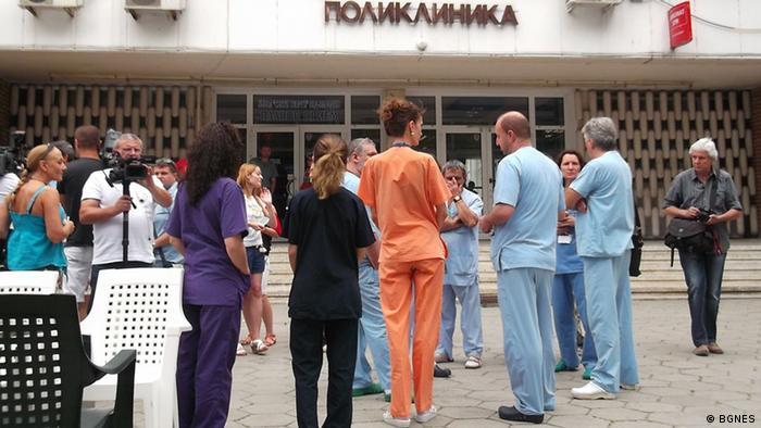 Протестиращи лекари пред софийска поликлиника