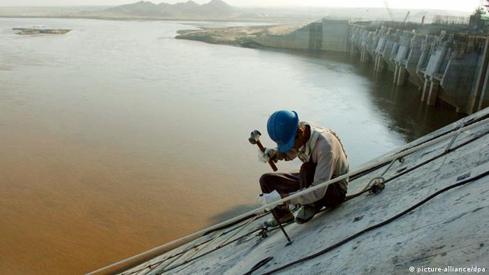 Merowe Staudamm im Sudan Chinesischer Arbeiter (picture-alliance/dpa)