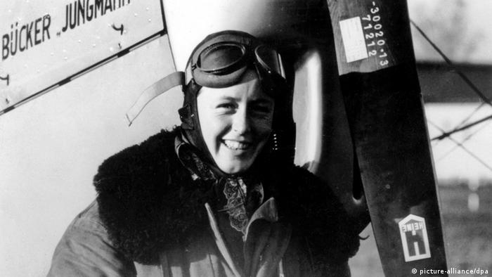 Beate Uhse wearing pilot gear (Foto: picture-alliance/dpa).