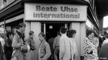Schwarz-weiß Foto vom Eingang eines Beate Uhse-Shops, davor stehen einige Menschen (Foto: imago).
