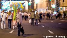 Zahlreiche Menschen flanieren am 23.08.2014, dem Vorabend des Unabhängigkeitstages, durch die Innenstadt von Kiew (Ukraine) auf den gesperrten Straßen rund um den Maidan-Platz. Am 24. August 2014 feiern die Ukrainer den Nationalfeiertag, mit dem die Unabhängigkeit von der Sowjetunion 1991 gefeiert wird. Foto: Bernd von Jutrczenka/dpa +++(c) dpa - Bildfunk+++