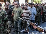 Полонених на Донбасі українських військових ведуть вулицями Донецька (фото 2014 року)