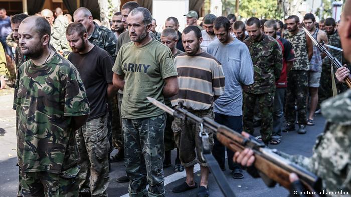 Prorussische Separatisten führen gefangene ukrainische Soldaten in Donezk vor