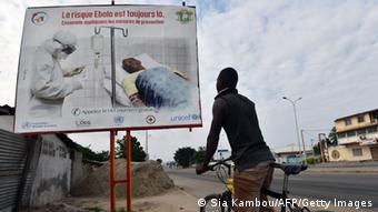 Dans les rues d'Abidjan, des panneaux et messages d'alerte rappellent le danger de l'épidémie