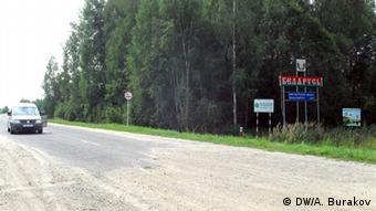 Эта дорога из белоруского Мстиславля в российский Смоленск никем не контролируется