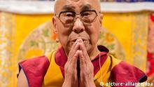 Das geistliche Oberhaupt der Tibeter, der Dalai Lama, nimmt am 25.08.2014 in Hamburg an der Veranstaltung «Das Leben meistern durch Geistesschulung» teil. Der Besuch des Dalai Lama dauert bis 26.08.2014. Foto: Daniel Bockwoldt/dpa +++(c) dpa - Bildfunk+++