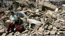 Bildunterschrift:A woman takes care of her stuffs next to a car submerged by ruins toppled by an earthquake one day before, 16 August, 2007 in Ica south of Lima. Powerful aftershocks rattled rescuers as they clawed through rubble Friday in a desperate search for survivors two days after a massive earthquake claimed some 500 lives in Peru. With unidentified bodies still lining the streets of Pisco and other towns in the zone worst hit from the 8.0 magnitude quake, Peruvian authorities launched an international appeal for help to back their own relief operation. AFP PHOTO / ATN - Carlos Lezama (Photo credit should read CARLOS LEZAMA/AFP/Getty Images)