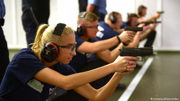 Police recruits at shooting range Photo: Rainer Jensen/dpa