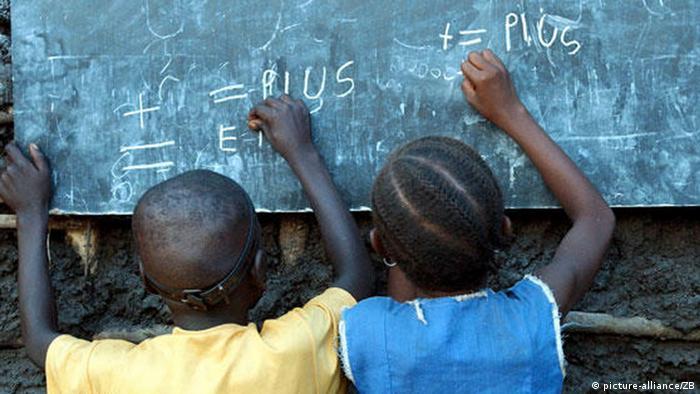 Afrika Sierra Leone Kinder an einer Schultafel