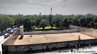 Nachbau des Todesstreifens an der Gedenkstätte an der Bernauer Straße.