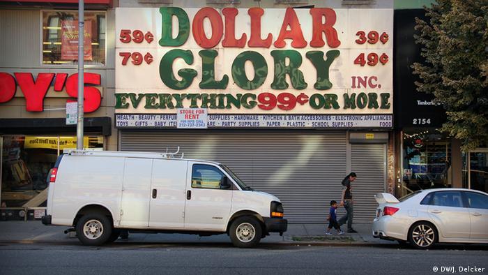 New York USA Ein leerstehender Dollar Store im New Yorker Stadtteil Spanish Harlem