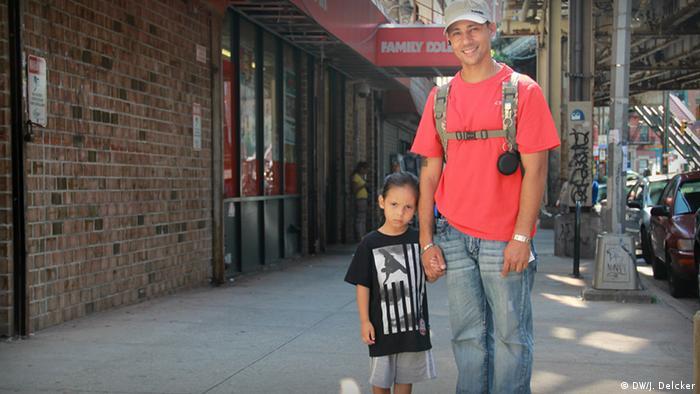 New York USA Family Dollar Mann mit Kind New Yorker Stadtteil Spanish Harlem