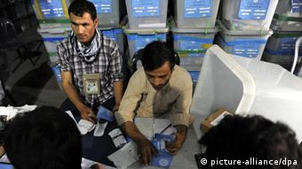 Workers of Afghan Independent Election Commission (IEC) recount ballot in Kabul, Afghanistan, 25 August 2014 (Photo: EPA/HEDAYATULLAH AMID +++(c) dpa - Bildfunk+++)
