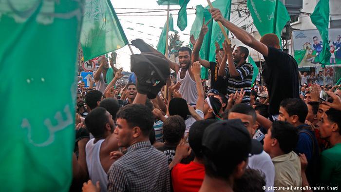 Menschen in Gaza feiern die unbefristete Waffenruhe, auf die sich Israel und die militanten Palästinenser erstmals einigen konnten.