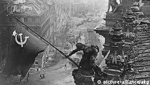 Deutschland Sowjetunion Zweiter Weltkrieg die Rote Armee in Berlin Flagge auf Reichstag