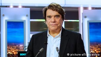 Frankreich Korruption Bernard Tapie im Fernsehen - epa04370437 (FILE) A file picture dated 01 July 2013 shows French businessman Bernard Tapie attending the French channel France 2 news evening broadcast in Paris, France. International Monetary Fund (IMF) chief Christine Lagarde has been charged with 'negligence' over a colossal state payout to a businessman when she was French finance minister. The case involves a 400-million-euro payout to businessman Bernard Tapie in 2008, to settle a long-running dispute over the sale of his sportswear company Adidas. EPA/FRED DUFOUR / POOL MAXPPP OUT