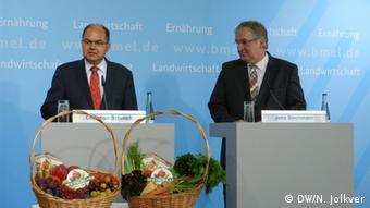 На этой пресс-конференции в августе 2014 года Кристиан Шмидт призвал немцев назло Путину есть больше яблок