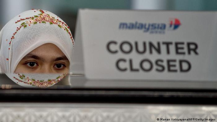 Malaysia Airlines Mitarbeiterin am Ticketschalter in Sepang