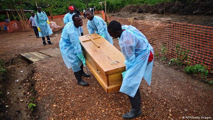 Sepultamento de vítima do ebola em Serra Leoa