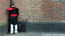 Ein Wildpinkler steht am 07.02.2013 in der Altstadt von Düsseldorf (Nordrhein-Westfalen) an einer Kirchenwand. Die Möhnen und Narren in den Karnevalshochburgen an Rhein und Ruhr haben an Weiberfastnacht nach Auskunft der Polizei kräftig gefeiert, sich dabei aber insgesamt besser benommen als in den Vorjahren. Foto: Martin Gerten/dpa