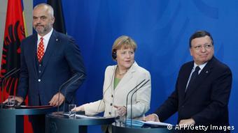 Edi Rama, Angela Merkel und José Manuel Barroso (v.l.) während der Pressekonferenz zur Westbalkan-Konferenz (Foto: AFP)