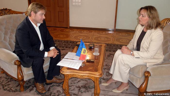 Natalia Gherman, șefa diplomației de la Chișinău, alături de corespondentul DW, Vitalie Călugăreanu