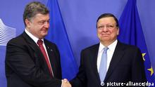 epa04375043 President of Ukraine Petro Poroshenko (L) is welcomed by EU Commission President Jose Manuel Barroso (R) prior to a meeting at the EU Commission headquarters in Brussels, Belgium, 30 August 2014. . EPA/JULIEN WARNAND