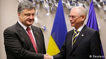Ο ουκρανός πρόεδρος Ποροσένκο με τον πρόεδρο του Ευρωπαϊκού Συμβουλίου φαν Ρομπέι