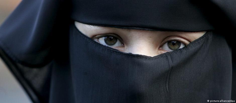 O niqab, véu que cobre o rosto e só revela os olhos, é proibido em espaços públicos franceses