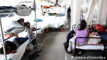 Blick auf Raum für Flüchtlinge mit mehreren Etagenbetten (Foto: dpa)