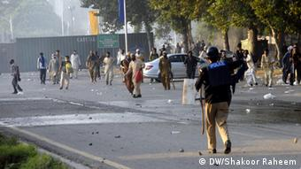 Pakistani protesters tried to storm PM house (Photo: DW correspondent Islamabad, Pakistan)