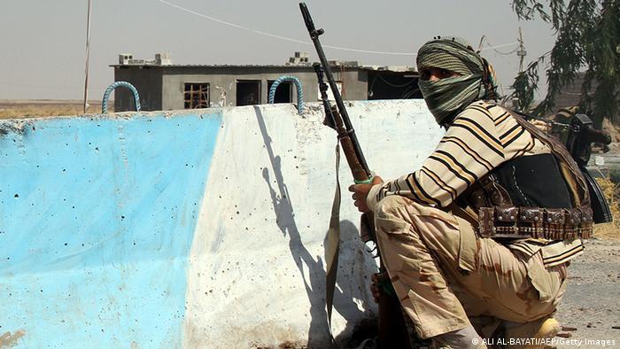 Combatente turcomeno xiita iraquiano vigia posição próxima a Amerli