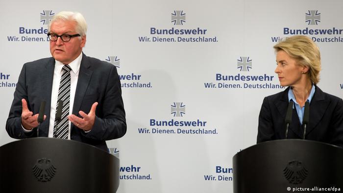 اورزولا فون درلاین، وزیر دفاع آلمان در کنار فرانک والتر اشتاین مایر، وزیر امور خارجه آلمان