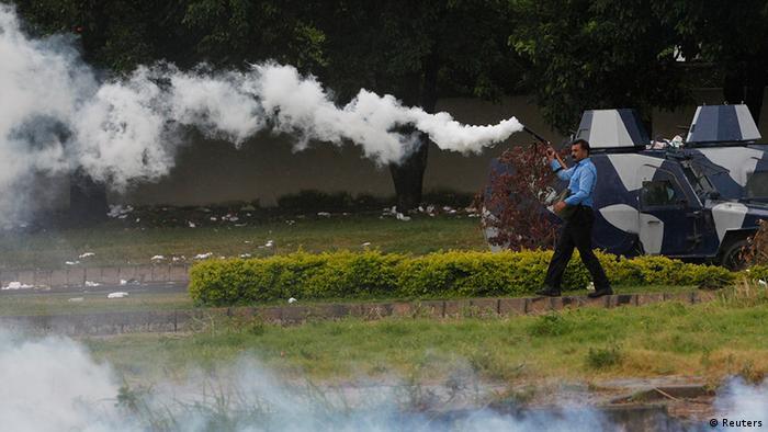 Pakistan Protest Islamabad Tränengas Polizist 1.9. (Reuters)